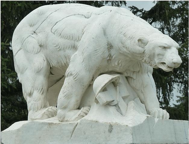 0 мая 1930 г. на кладбище Уайт Чейпел города Троя в штате Мичиган был открыт памятник погибшим американским солдатам - оскалившийся полярный медведь, под которым находится покосившийся крест с военной каской
